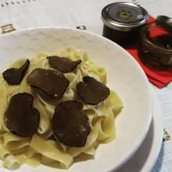 Condimento primi piatti, pasta con carpaccio fette sottilissime di Tartufo Nero Estivo